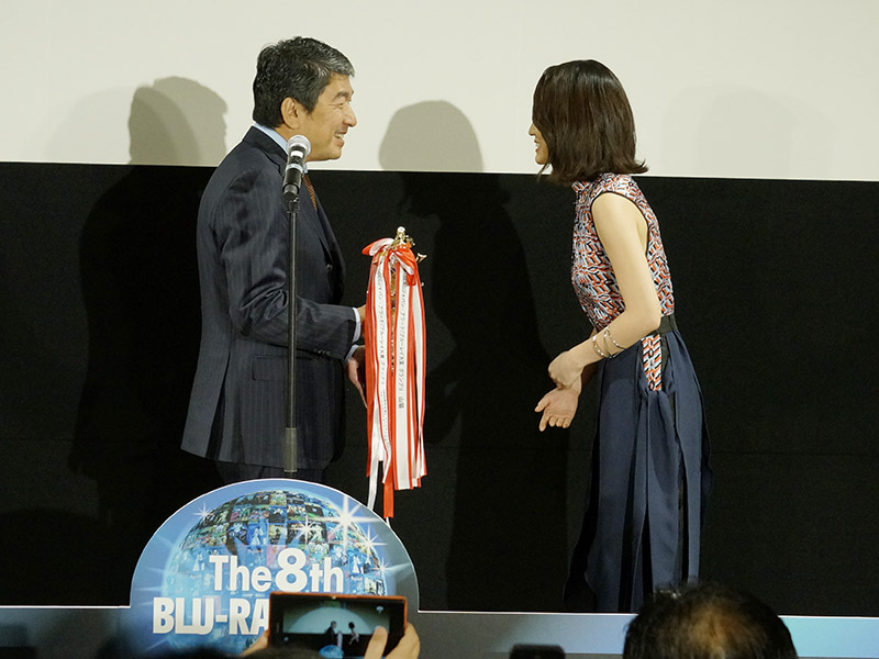 グランプリの表彰を行なうDEGアワード アンバサダーの前田敦子さん