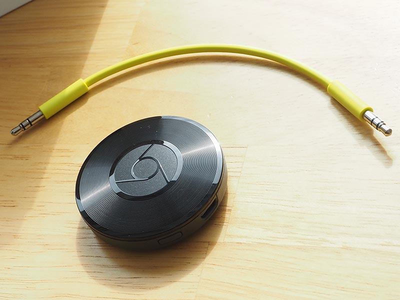 Chromecast Audio本体と付属のステレオミニケーブル