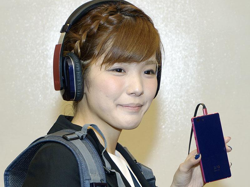 新製品を身につけるUPQの中澤優子社長