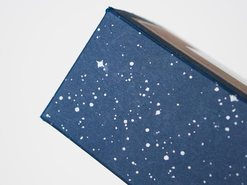 溶かした絵の具で作られた不思議な模様。パッケージの外側には夜空の星が