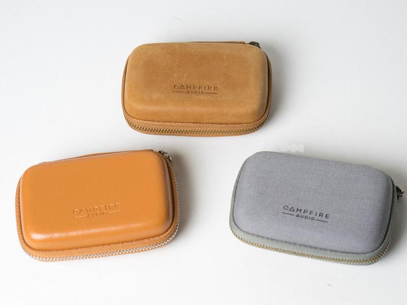 各モデルのキャリングケース。上のヴィンテージ感のあるレザー製はJUPITER、左下のキャラメル色のレザー製はLYRA、右下のグレーはORION