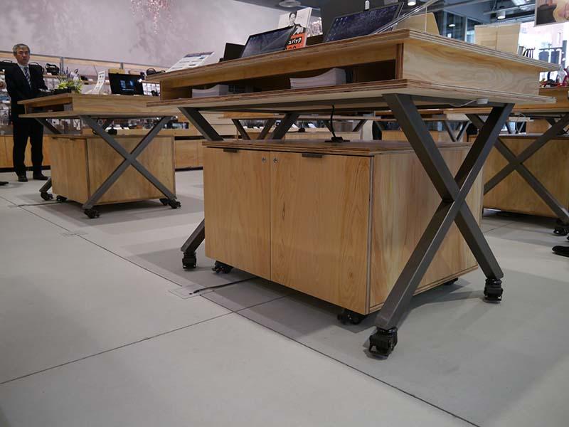 展示台は移動可能で、レイアウト変更も柔軟にできる