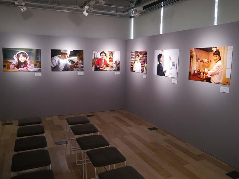 コミュニティルームでは、「福岡の人を撮る 小澤忠恭写真展」を開催