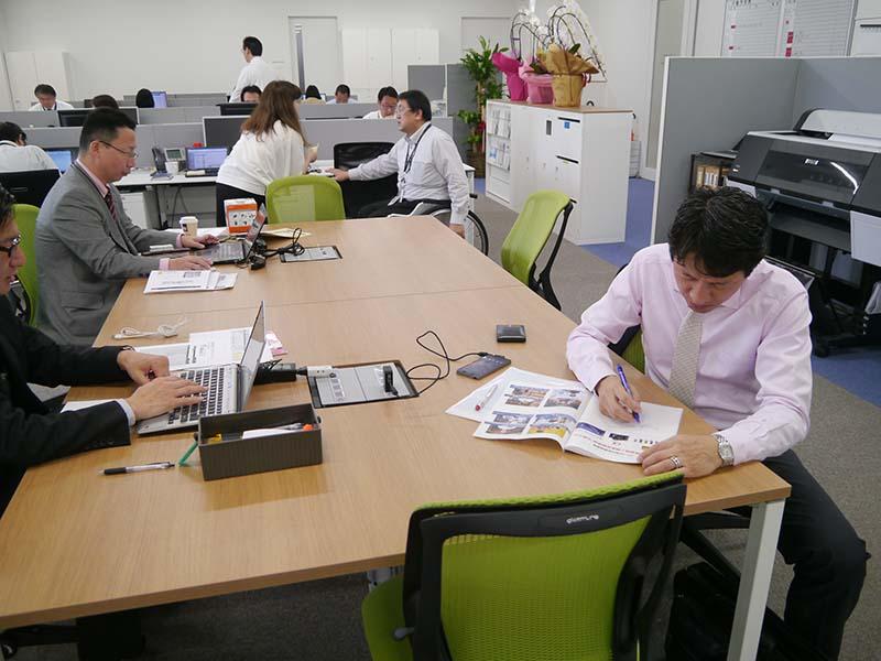 河野社長もアドレスフリーの席で仕事をしていた(右側)