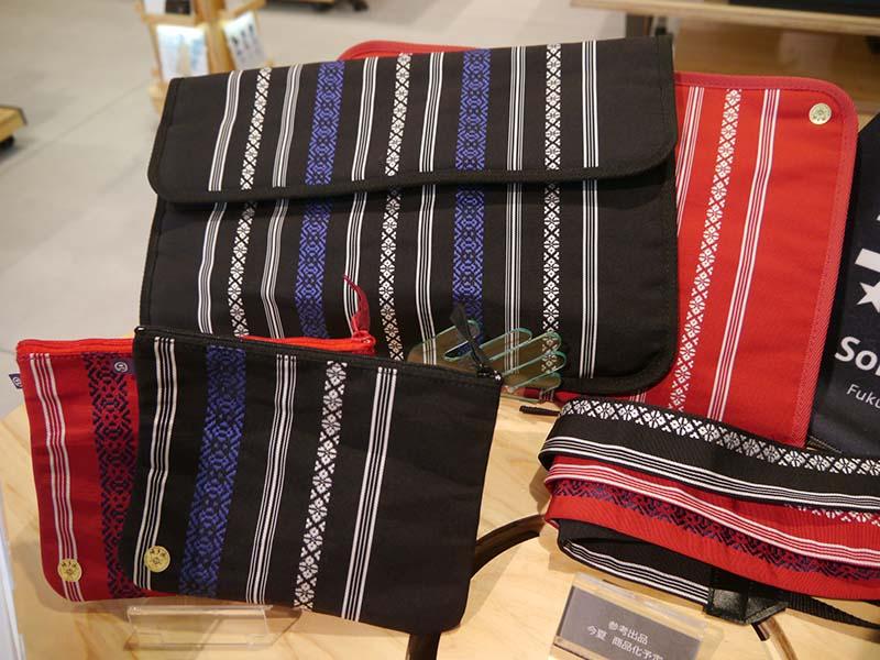 地元の伝統工芸である博多織「献上柄」を用いたアクセサリーポーチを販売