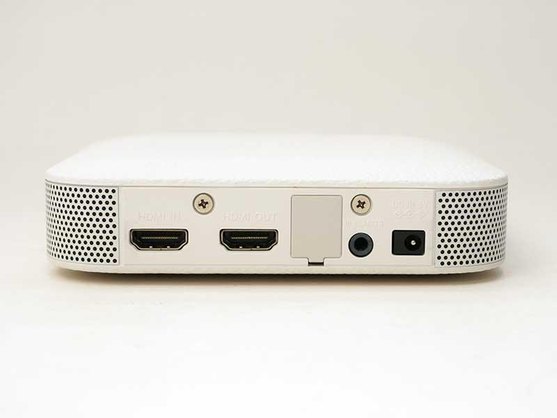 背面の接続端子。HDMI入出力が各1系統、AVマウス出力が1系統、電源端子がある