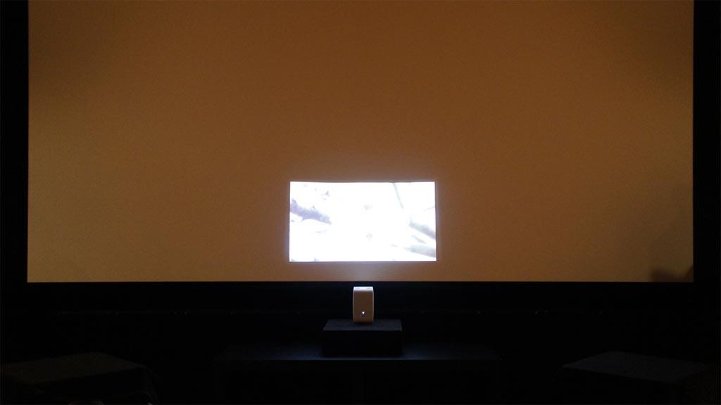 壁際に置いて投影。サイズ的には20インチ強のサイズで、ほぼスペックどおりの結果になった