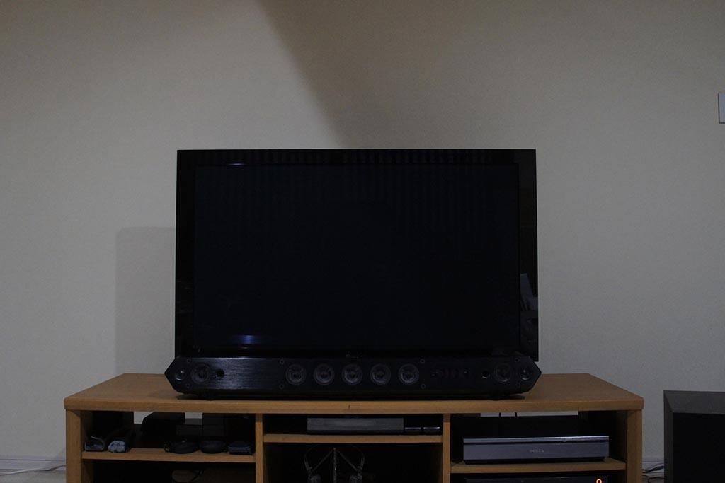 リビングで使っているプラズマテレビ。50型だが、周囲の黒枠が大きいので現行の薄型テレビなら60型くらいのサイズ感だ。手前にあるのはソニーのサウンドバー「HT-ST7」