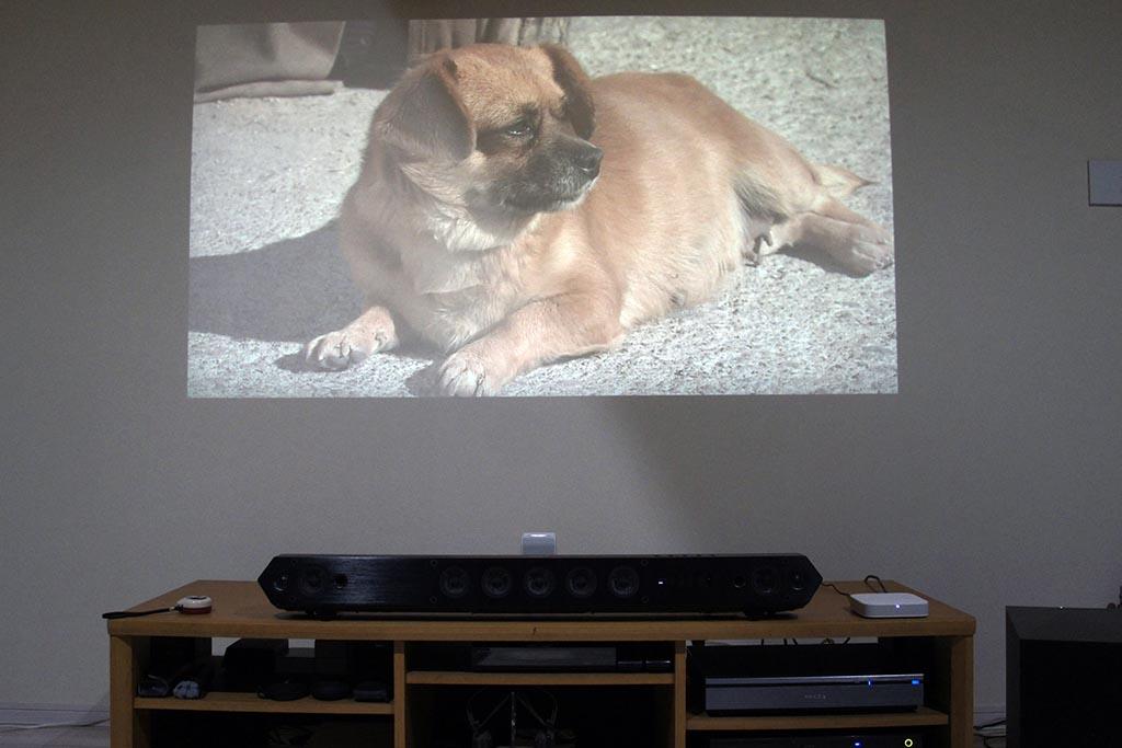 プラズマテレビのあった場所にLSPX-P1を置いてみた。投射した画面サイズは80インチ強くらいだ