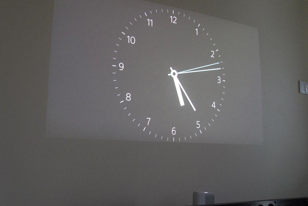 ポスター機能のテーマの「時計1」を表示。日常的にこうして時計として映しておくのもなかなか一興