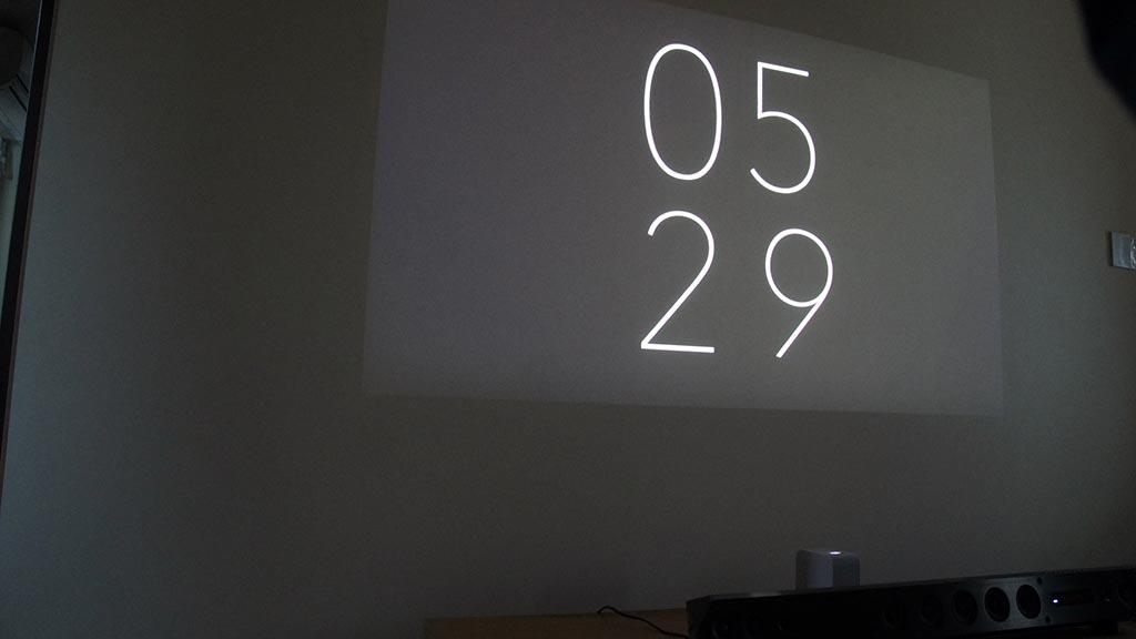 デジタル表示の「時計3」。撮影のため照明を落としているが、部屋を暗くするとまさに洒落たバーのような雰囲気になる