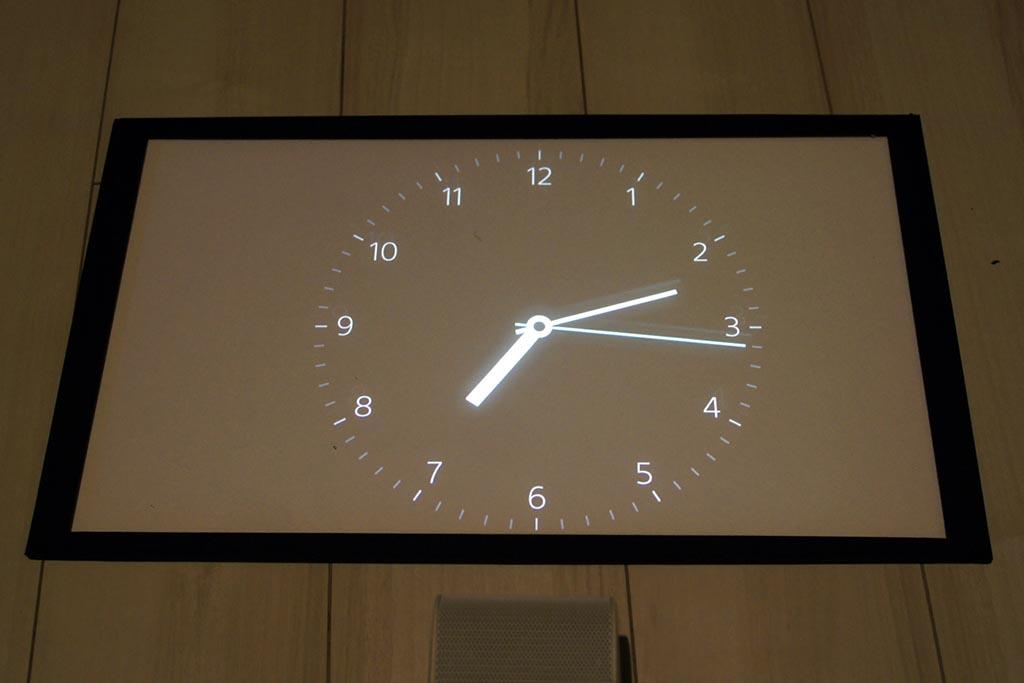 ポスター機能の時計を表示。床面ではなくテーブルの上で使うならば、インテリアとしても十分にアリだ
