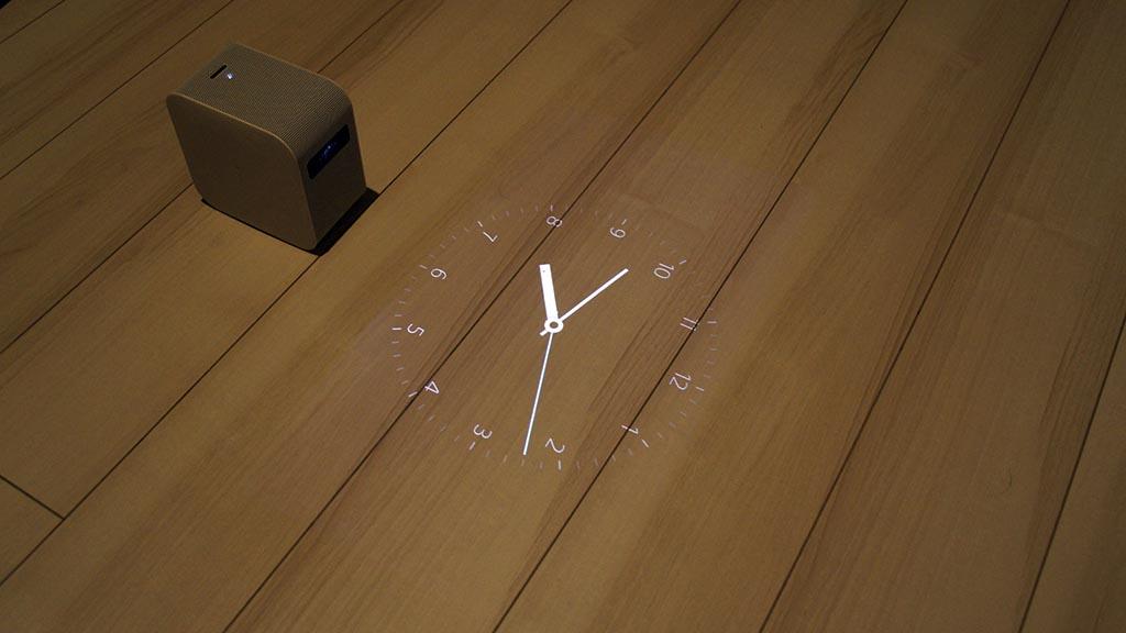 ポスター機能の「時計1」を白木の床に直接投射したところ。これもなかなかにお洒落な印象だ