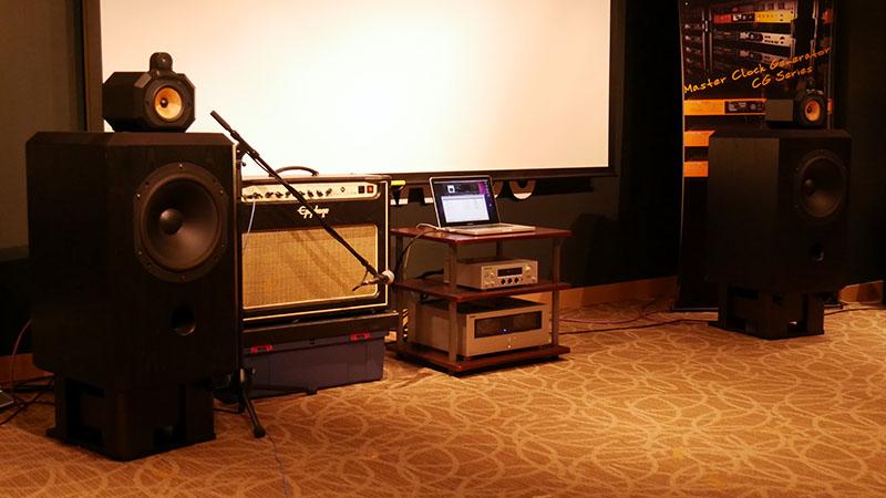試聴機材としてパイオニアのUSB DAC「U-05」とオンキヨーのアンプ「M-5000R」を使用。楽曲再生はMacBook Proを使った