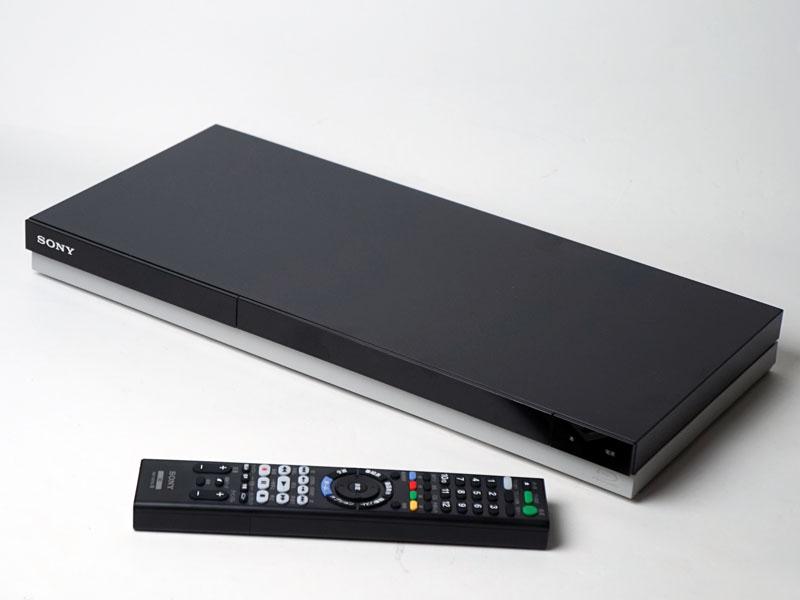 BDZ-ZT2000の外観。上部が黒、下部が白の配色でスリムさが際立ったデザインになっている