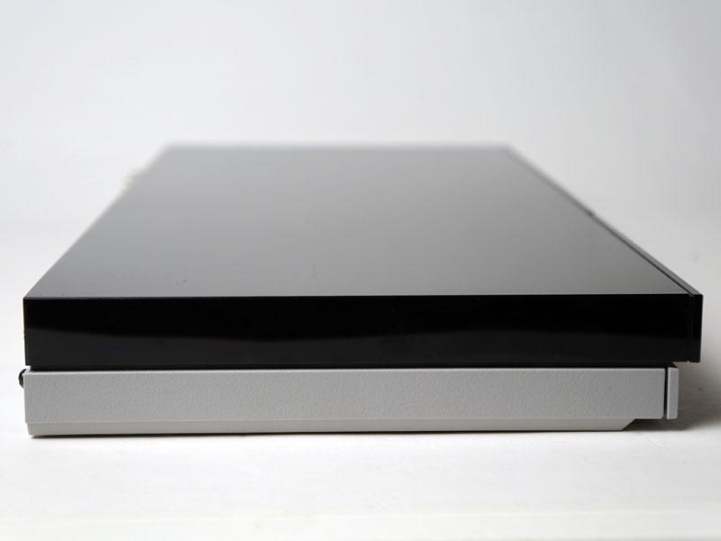 側面部分。こちらも黒と白で色分けされている。無粋なネジ穴が露出しておらず、見た目にも美しい。
