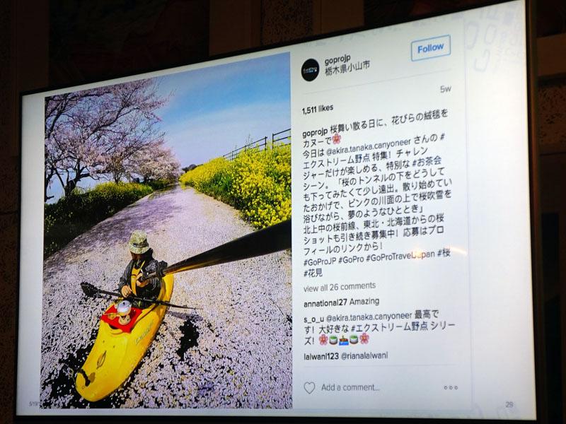 Akira Tanakaさんが撮影した写真。上がオリジナル、下がGoProがレタッチしたもの。自撮り棒が消えている