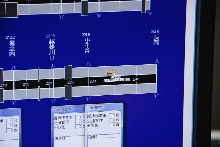 左の画面のアップ。小千谷や長岡とIC名が表示され、その上にはKP表示も。車両をクリックすると地図画面に切り替わる