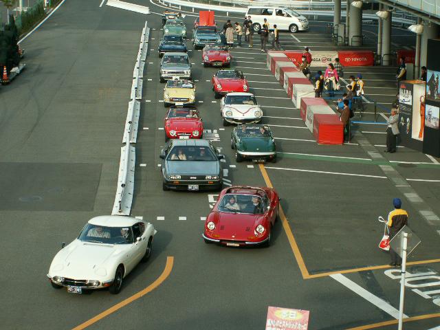 2008年に行われたヒストリックカー同乗試乗会の模様。MEGA WEB内のライドワンコースを使用する
