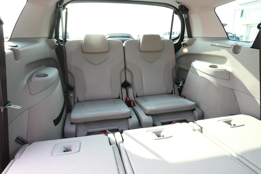 3列目シートは薄く、シートバックが小さい非常用だが、3列目用のシートベルトやドリンクホルダーがちゃんと用意されている