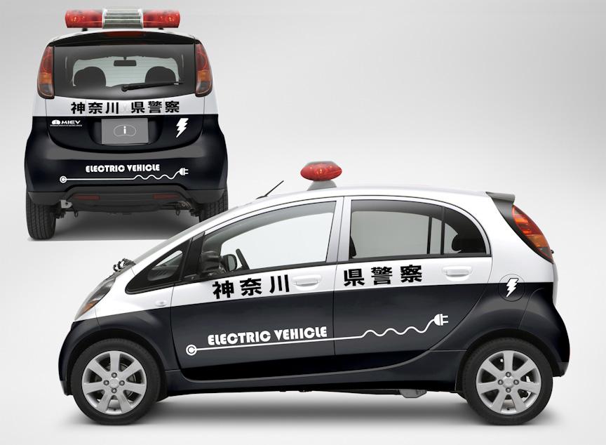 展示コーナーに置かれる三菱「i MiEV ミニパトカー仕様」(写真左)とスバル「R1e」(写真右)