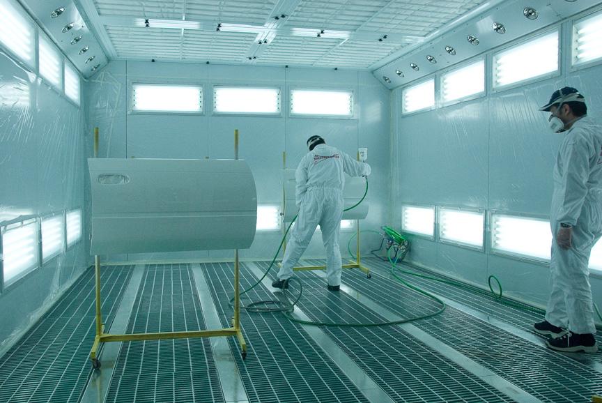 塗装ブースはのぞき込めるようになっており、中では作業者が塗装を実演している。上部と下部のスリットを見る限り、一種のクリーンルームになっているのだろう