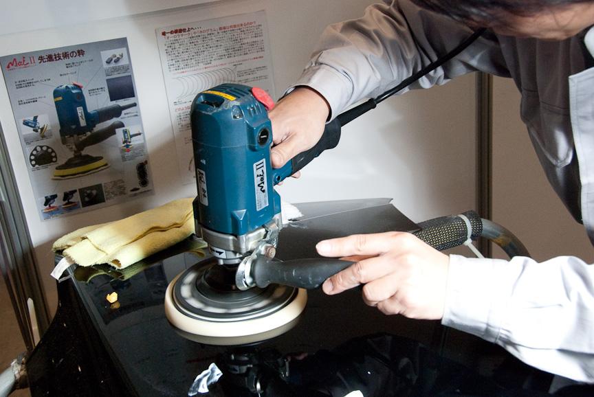 ケヰテックのポリッシャー「Mai(マイ)II」。回転力が同社史上最強のポリッシャー。車のボンネットを使って、ポリッシングをデモ