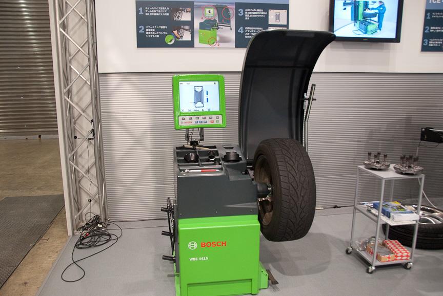 こちらはホイールバランサー「WBE 4425」。ホイールにアームをあてるだけでタイヤサイズを自動計測できる