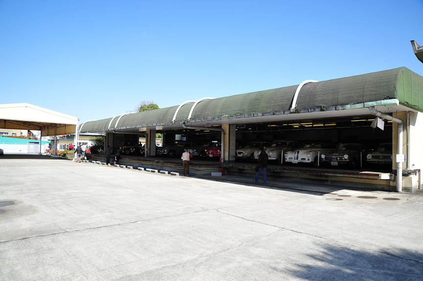 給食センターだった建物を倉庫として、ヒストリックカーコレクションを収蔵している。給食センターにはトラックのプラットフォームなどがあり、搬入・搬出に便利ということで使われている