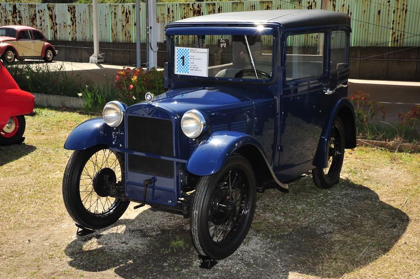 左:BMW Dixi3/15 DA-2(1928年)、中:BMW 3/20 AM-4(1932年)、右:3/20のエンジンルーム<br>BMWは独Dixi Automobil Werke(ディクシー・アウトモビール・ヴェルケ)を1928年に買収して4輪車製造に進出。Dixiは英Austin(オースチン)の小型車「7」を、「Dixi3/15」としてライセンス生産しており、BMWをはこれを改良して「Dixi3/15 DA-2」として発売した<br>※車名と年式は堺市ヒストリックカーコレクションの資料に基づく(以下同)
