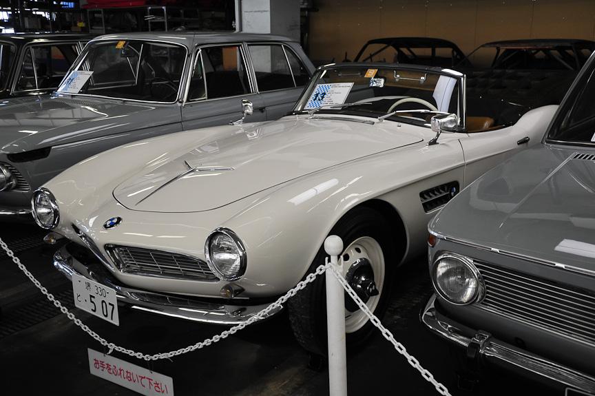 BMW 507 ロードスター(1958年)<br>501をベースとして米国をターゲットに作られたスポーツカー。V型8気筒エンジンを搭載する。発売の遅れなどにより、やはり売れなかった