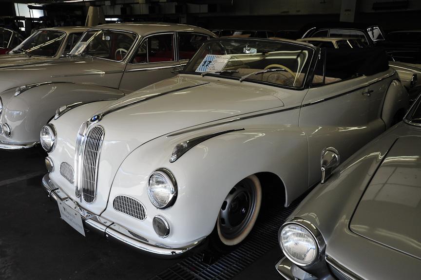 BMW 502 アウテンリート(1963年)<br>501の2リッター直列6気筒エンジンに代えて、2.6リッターのV型8気筒エンジンを搭載した上級モデルが502。この車両はコーチビルダーのAutenrieth(アウテンリート)がカブリオレ・ボディーを架装したもの
