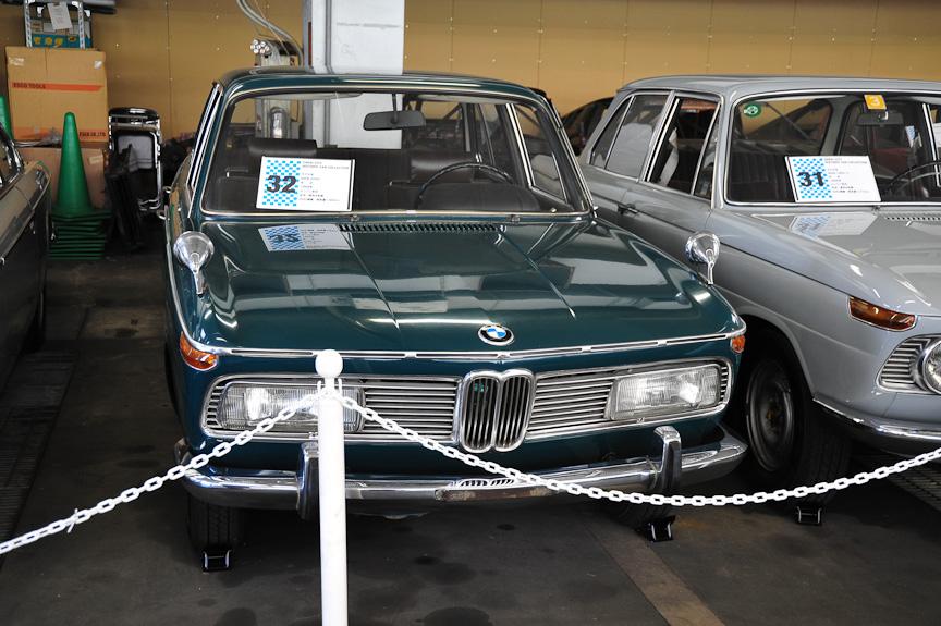 """左:BMW 1600 TI(1967年)、中:BMW 1800 TI(1966年)、右:BMW 2000(1968年)<br>1960年、経営危機でダイムラー・ベンツと合併させられそうになったBMWを、実業家一族のクヴァント家が買収、再建に乗り出す。その頃、開発されたのが""""ノイエ・クラッセ""""(New Class)と呼ばれるコンパクトセダン。現代の3シリーズ、5シリーズの始祖となったこれらはヒットし、BMW再建の原動力となった"""