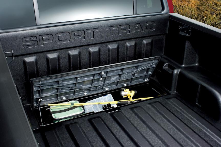 スポーツトラックのベッドのフロアには一体成形の収納ボックスを装備するほか、12Vシガーソケットやタイダウンフックを装備