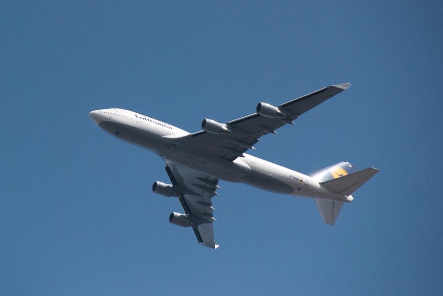稲敷IC上空は、成田空港に近いせいかひっきりなしに航空機が通過する。写真の飛行機はルフトハンザ航空のBoeing 747-400