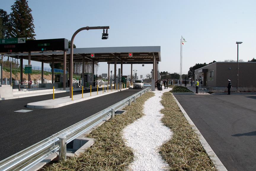 15時を過ぎ、最初の1台目がETCゲートを通過して高速道路本線に向かっていった