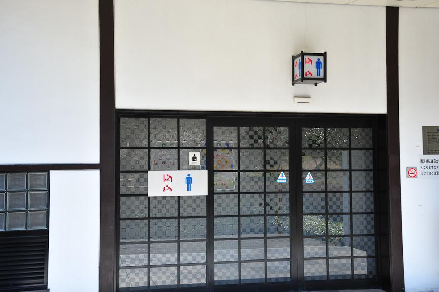 横川SA内の建物はすべて和風建築。スターバックスやトイレのある棟も例外ではない