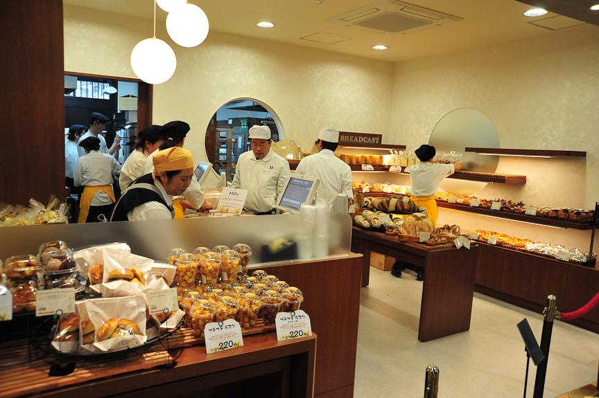 和風でまとめられてはいるが、さまざまな嗜好に答えるためにベーカリーコーナーもあるし、ショッピングコーナーには洋菓子も並ぶ