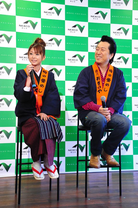 トークショーの様子。2人が着ているのは、かつて横川駅で釜めしを売る人々が着た衣装