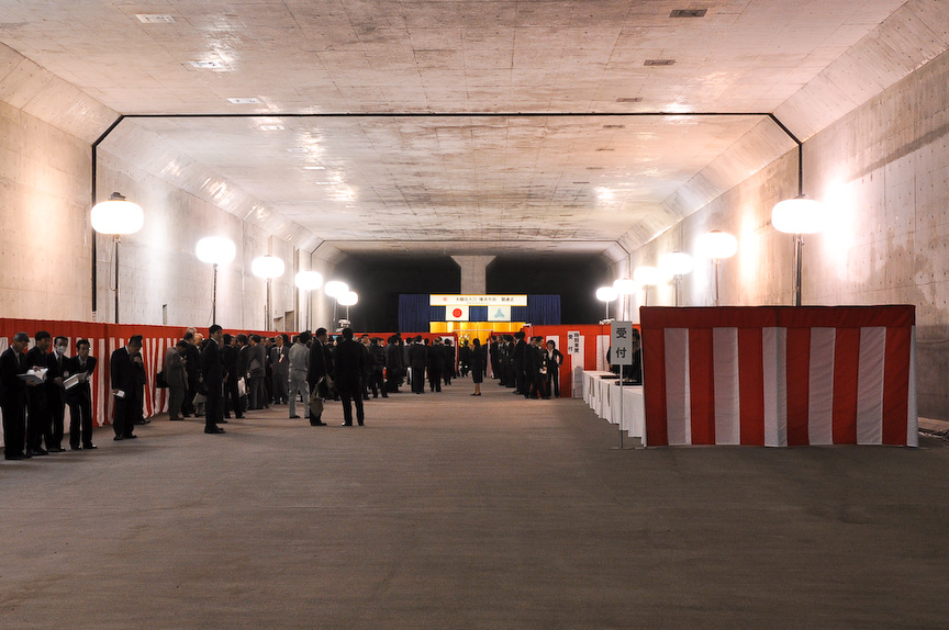 開通式は、2010年度の大師JCT開通時に供用されるトンネルで開催