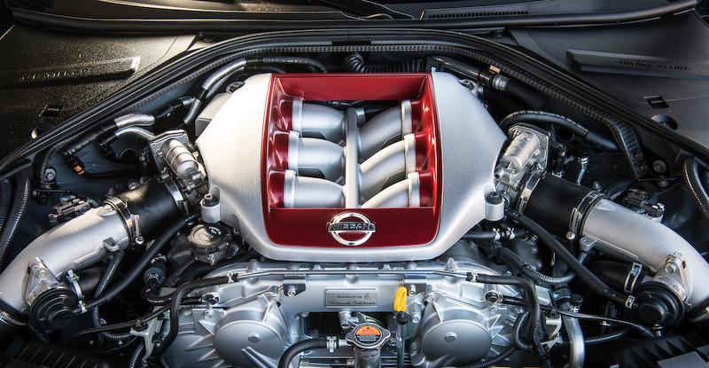 V型6気筒DOHC 3.8リッターツインターボ「VR38DETT」エンジンは最高出力419kW(570PS)/6800rpm、最大トルク637Nm/3300-5800rpmを発生。現行の2015年モデルから20PS/5Nm増となっている。最高速は315km/h