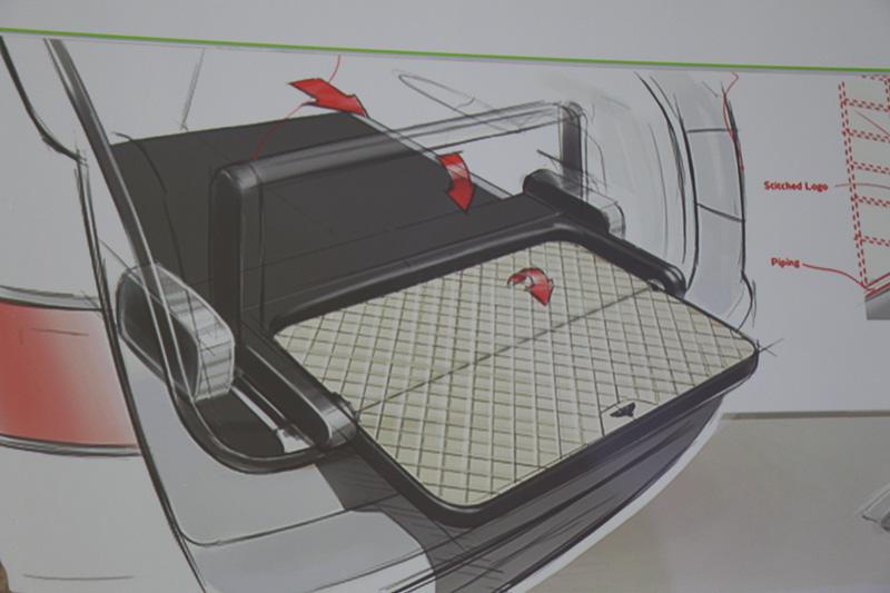 ラゲッジスペースに全車標準装備されるディバイダーは、後方にスライドさせて展開させると、簡易的なベンチとしてレジャーシーンなどで利用できる