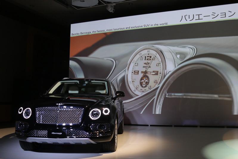 オプションは多彩に用意されており、ブライトリングが特別に製作した機械式アナログ時計は車載の巻き上げ機構をセット。パッケージオプションの「ツーリングスペック」「オールテレインスペック」などはすべてを盛り込むこともできる