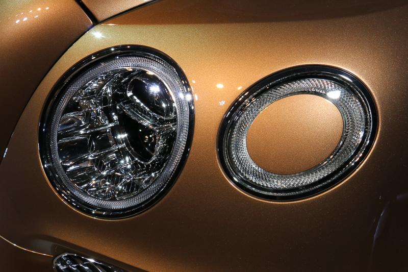 丸目2灯タイプのヘッドライトは、外側の中心部にポップアップ式のヘッドライトウォッシャーを内蔵、フロントマスクの常時見える部分に不要なものを使わない工夫とのこと