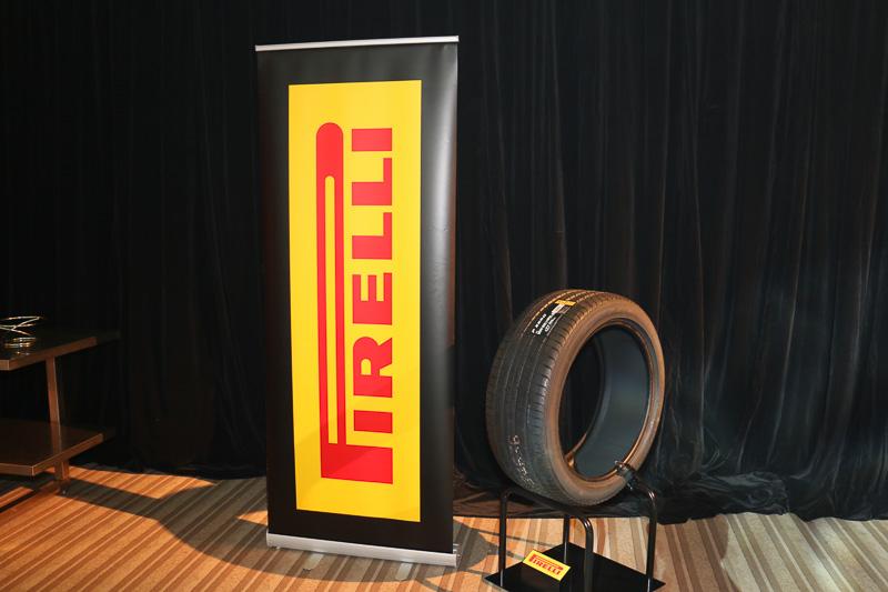 標準タイヤは21インチのオールシーズンタイヤだが、オンロードのグリップ力を重視したP-ZEROもオプション設定。アルミホイールはナットを敢えて見せることでSUVとしての力強さを表現している