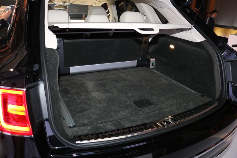 ラゲッジスペース容量は430L。リアシートの背もたれを6:4分割で前方に倒して拡大可能