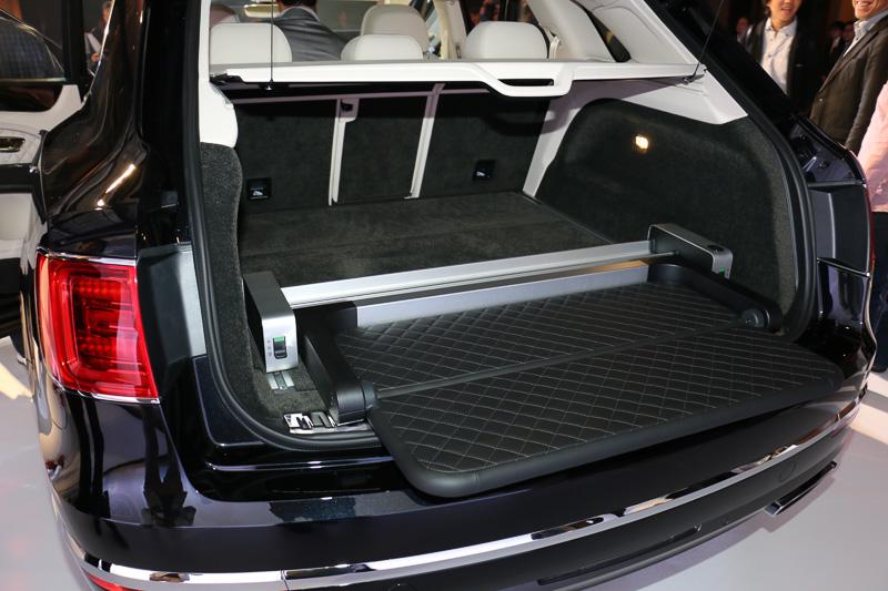 全車に備えるディバイダーは、簡易的なベンチとしても利用可能