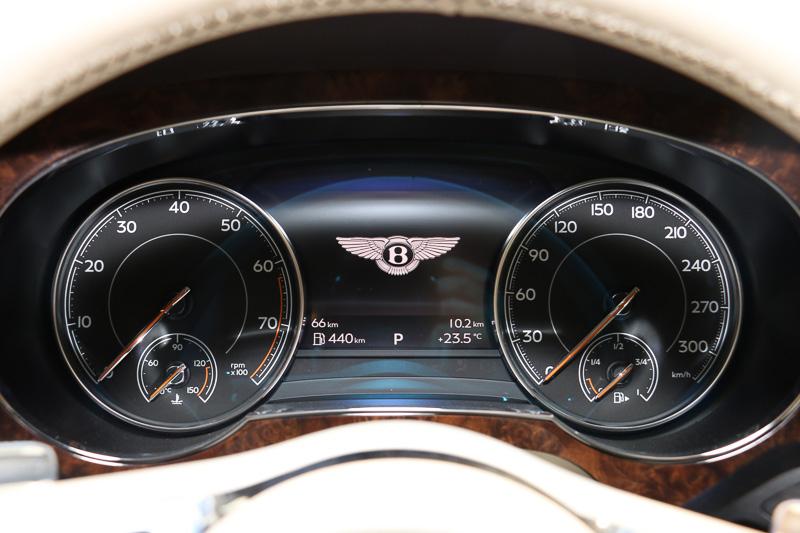 最高速が301km/hということで、300km/hオーバーのスピードメーターを採用。燃料タンク容量は85L