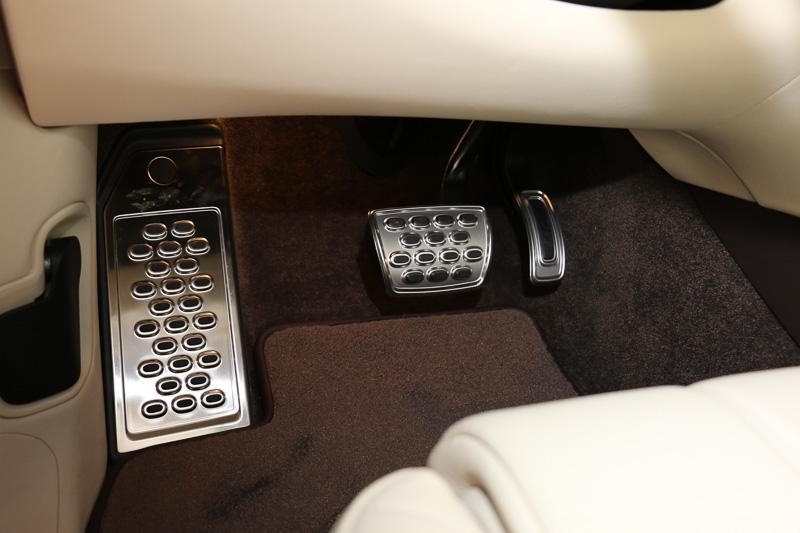 大型フットレストを備え、ペダルのメタルカバーにはゴム製の滑り止めを設定