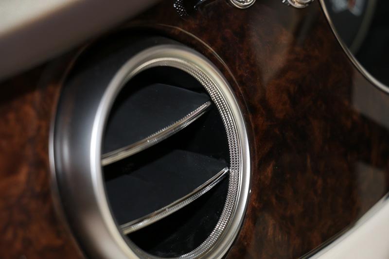 細かい3列のローレット加工が施されたエアコンのアウトレット